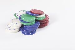 Gestapelde geassorteerde gekleurde casinospaanders Stock Afbeeldingen