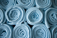Gestapelde gerolde blauwe dekens royalty-vrije stock fotografie