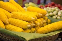 Gestapelde gestoomde popcorn op banaanbladeren, het weefsel van de bamboemand Stock Foto