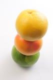 Gestapelde Grapefruit & Pompelmoes Stock Foto's