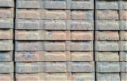 Gestapelde Grijze en Rode Landschapstegels op Pakhuisplank Royalty-vrije Stock Afbeeldingen