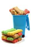 Gestapelde hondbeenderen en vuilnisbak Stock Foto's