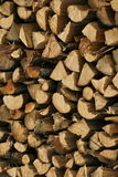 Gestapelde houten logboeken (brandhout), Stock Afbeeldingen