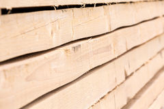 Gestapelde houten raadsclose-up stock fotografie