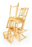 Gestapelde houten stoelen Stock Foto's