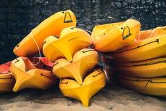 Gestapelde kajaks op een strand Stock Fotografie