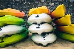 Gestapelde kajaks op een strand Stock Foto