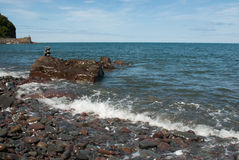 Gestapelde Kiezelsteentoren die door Golf worden gewassen Stock Foto's