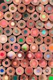 Gestapelde kleurenpotloden Stock Foto's