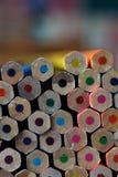 Gestapelde kleurenpotloden dicht omhoog met ruimte voor exemplaartekst Stock Fotografie