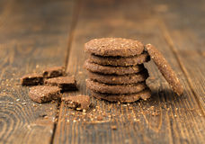 Gestapelde koekjes op natuurlijke houten lijst stock afbeeldingen