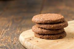 Gestapelde koekjes op natuurlijke houten lijst royalty-vrije stock afbeeldingen
