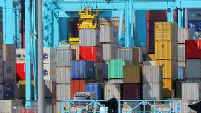Gestapelde ladingscontainers stock footage