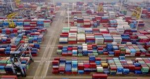 Gestapelde ladingscontainers in haventerminal stock videobeelden