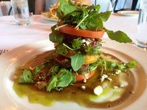 Gestapelde lapje vleessalade bij een restaurant Stock Foto