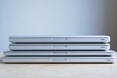 Gestapelde laptops Royalty-vrije Stock Afbeeldingen