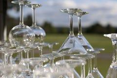 Gestapelde martini en wijnglazen in de zon Stock Foto
