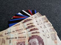 gestapelde Mexicaanse bankbiljetten, krediet en debetkaarten, achtergrond en textuur Royalty-vrije Stock Afbeelding