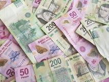 gestapelde Mexicaanse rekeningen in verschillende benamingen Stock Afbeeldingen