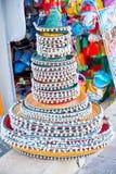 Gestapelde Mexicaanse sombrero's bij een straatmarkt Traditionele kleurrijke Mexicaanse sombrerohoeden stock afbeelding