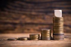 Gestapelde muntstukken die een grafiek van de overproportionalgroei tonen Stock Afbeeldingen
