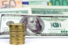 Gestapelde muntstukken en bankbiljettenachtergrond Stock Foto