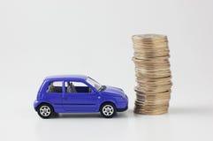 Gestapelde muntstukken en stuk speelgoed auto Stock Foto