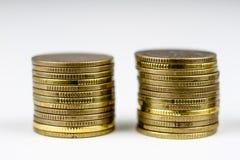Gestapelde muntstukken Geld die op de lijst liggen Stock Afbeeldingen