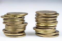 Gestapelde muntstukken Geld die op de lijst liggen Royalty-vrije Stock Foto's