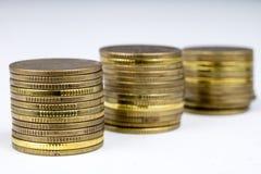 Gestapelde muntstukken Geld die op de lijst liggen Royalty-vrije Stock Afbeeldingen