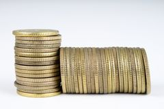 Gestapelde muntstukken Geld die op de lijst liggen Stock Afbeelding