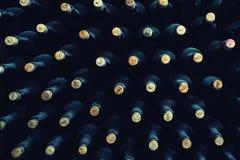Gestapelde omhoog wijnflessen stock afbeeldingen