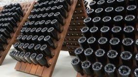 Gestapelde oude wijnflessen in de kelder stock video