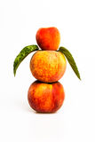 Gestapelde perziken met munt Stock Fotografie