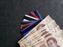 gestapelde 500 peso's Mexicaanse bankbiljetten, krediet en debetkaarten, achtergrond en textuur Stock Fotografie