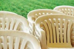 Gestapelde plastic stoelen Stock Foto