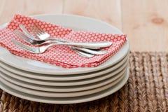 Gestapelde platen met vorken Stock Afbeelding