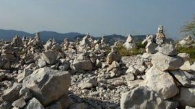 Gestapelde rotstorens op bergbovenkant - camerapanning stock footage