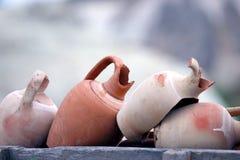 Gestapelde samen gebroken kleipotten stock afbeelding