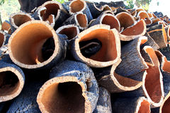Gestapelde schors van cork eik in Alentejo, Portugal Stock Fotografie