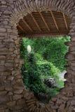 Gestapelde steenoverwelfde galerij en tuin Royalty-vrije Stock Foto's