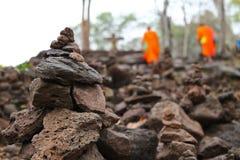 Gestapelde stenen en monnik Royalty-vrije Stock Fotografie