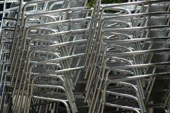 Gestapelde stoelen stock foto's