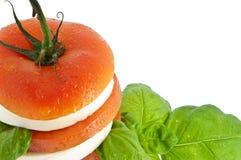 Gestapelde tomatenmozarella en vers basilicum Stock Foto