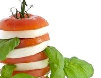 Gestapelde tomatenmozarella en vers basilicum Stock Afbeelding