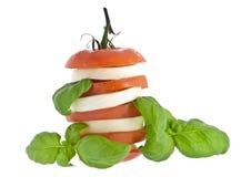 Gestapelde tomatenmozarella en vers basilicum Stock Afbeeldingen
