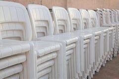 Gestapelde witte stoelen Stock Foto's