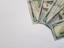 gestapelt 100 Dollarscheinen in der rechten oberen Ecke Lizenzfreie Stockfotos