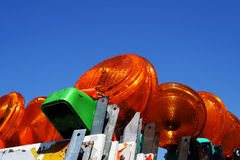 Gestapelt herauf Baugefahrenbarrikaden mit Lichtern lizenzfreie stockbilder