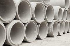 Gestapelt von den konkreten Abflussrohren für den Bau industriell Lizenzfreie Stockfotos